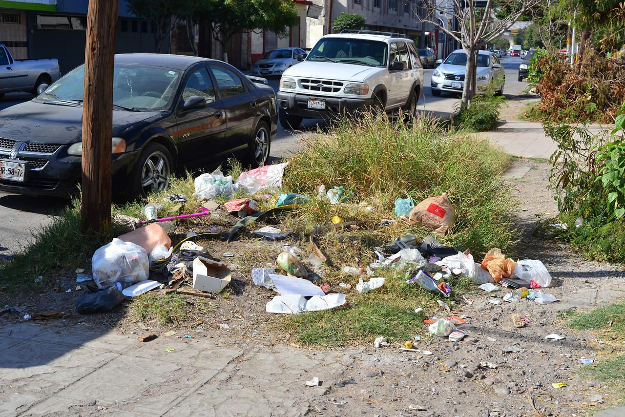 Acumulan basura en esquina
