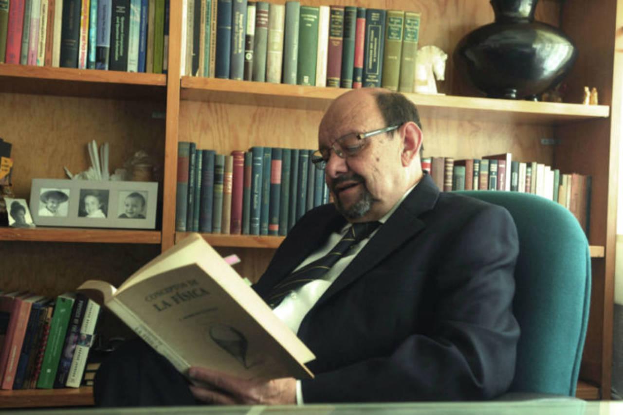 Presentan libro del físico Jorge Flores