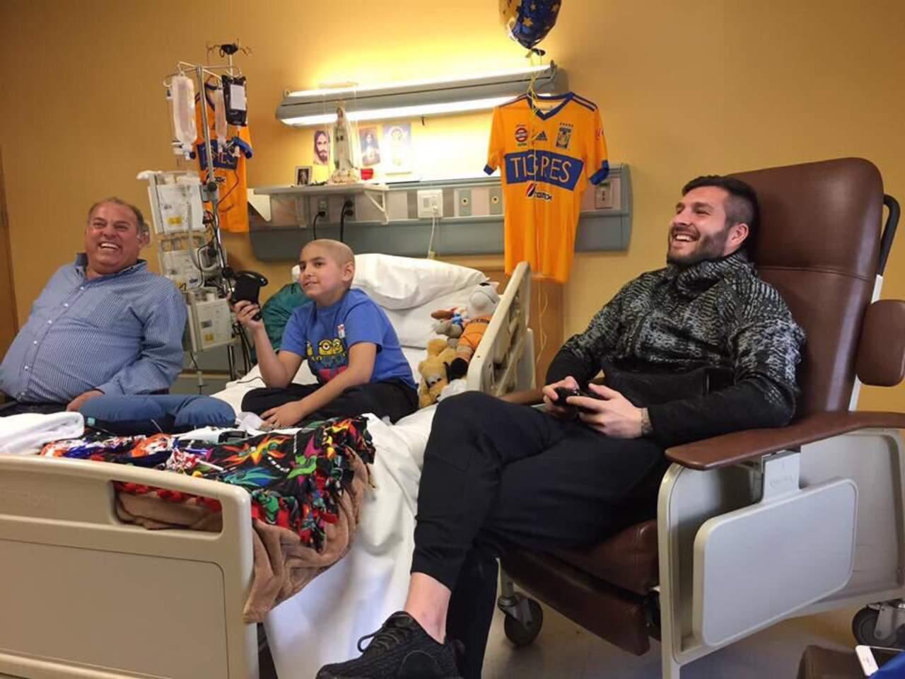 Gignac visita a niño enfermo de cáncer
