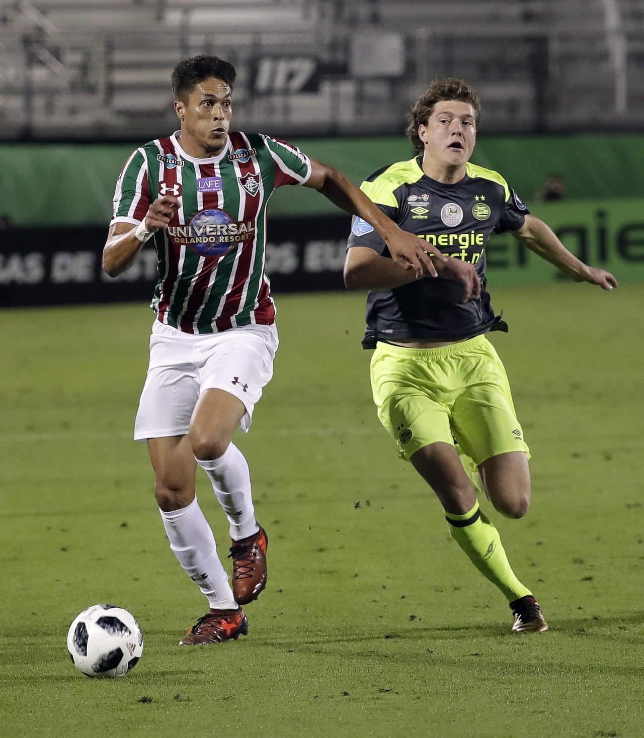 PSV vence en penales a Fluminense con gol del Lozano