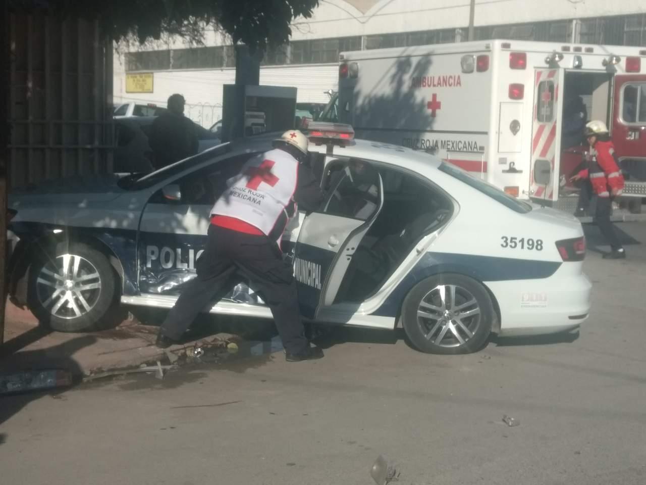 Policías de Torreón quedan prensados al provocar accidente vial