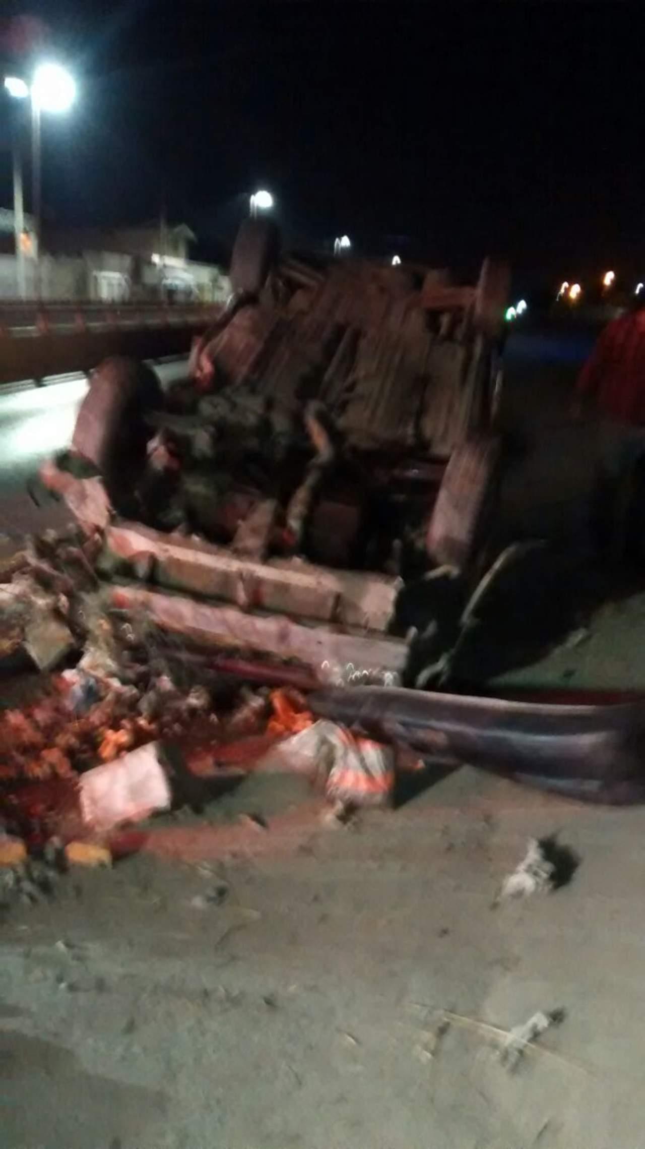 Abandonan vehículo tras volcarse en el bulevar Revolución