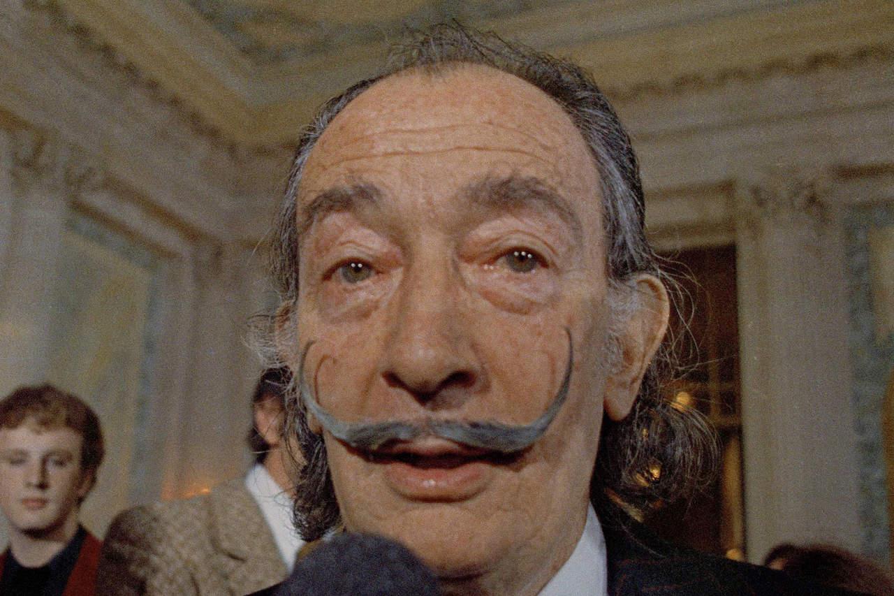 1989: Las artes lloran la muerte de Salvador Dalí, famoso pintor, escultor, grabador, escenógrafo y escritor español