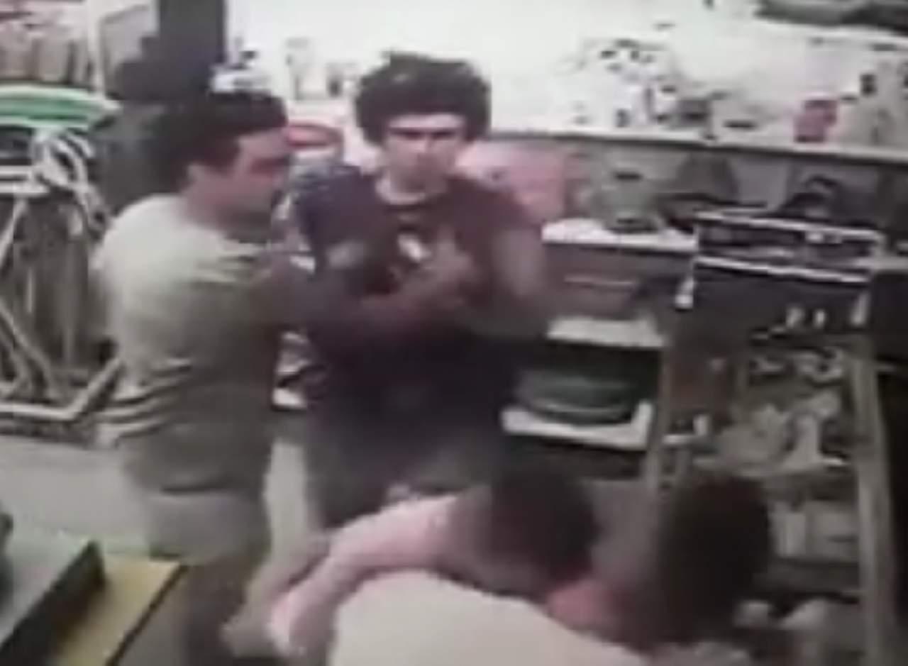 Bebé recibe puñetazo en medio de una pelea