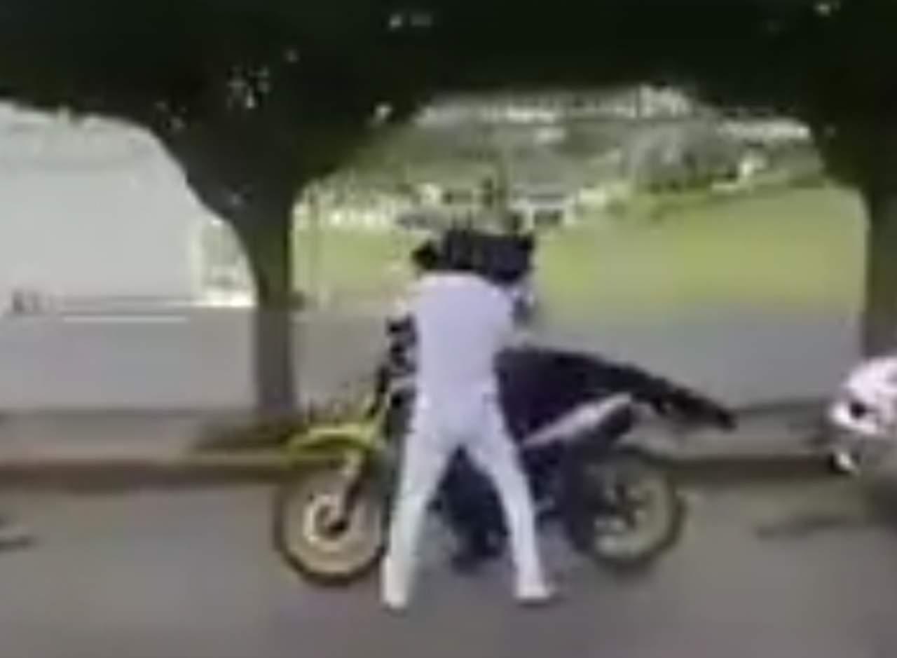 Víctima de robo se defiende y da una golpiza al asaltante