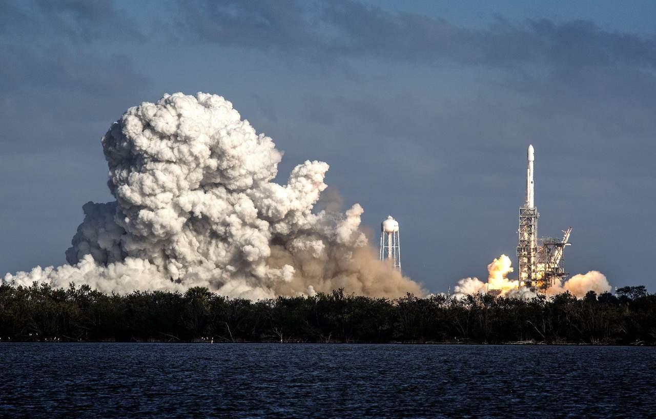 Despega Falcon Heavy, el cohete más potente del mundo