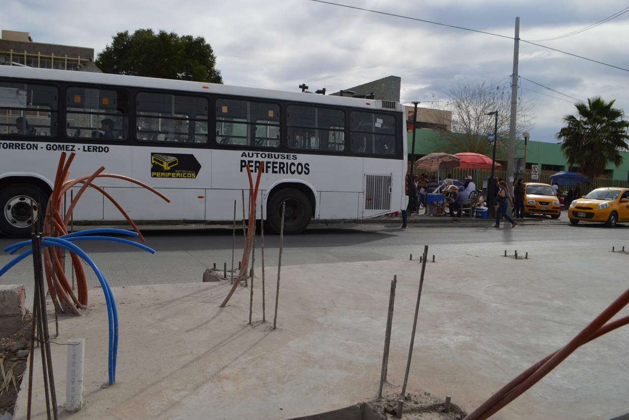 Peatones sufren con obras del Metrobús