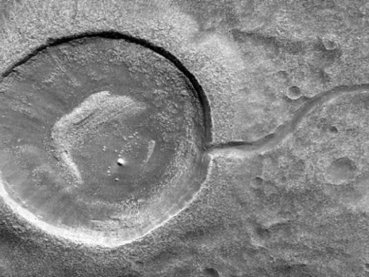 Difunde NASA fotografía de cráter con forma de renacuajo en Marte