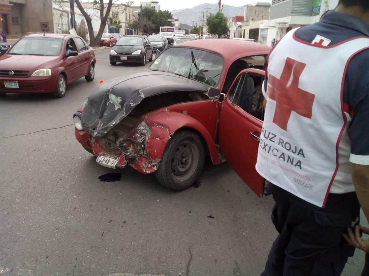 Mujer sale proyectada de un vehículo luego de choque