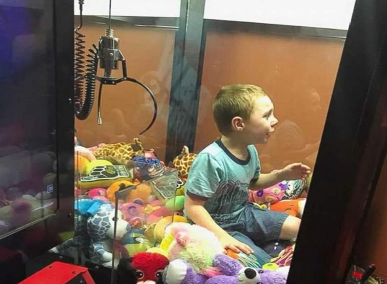 Niño queda atrapado dentro de una máquina de juguetes