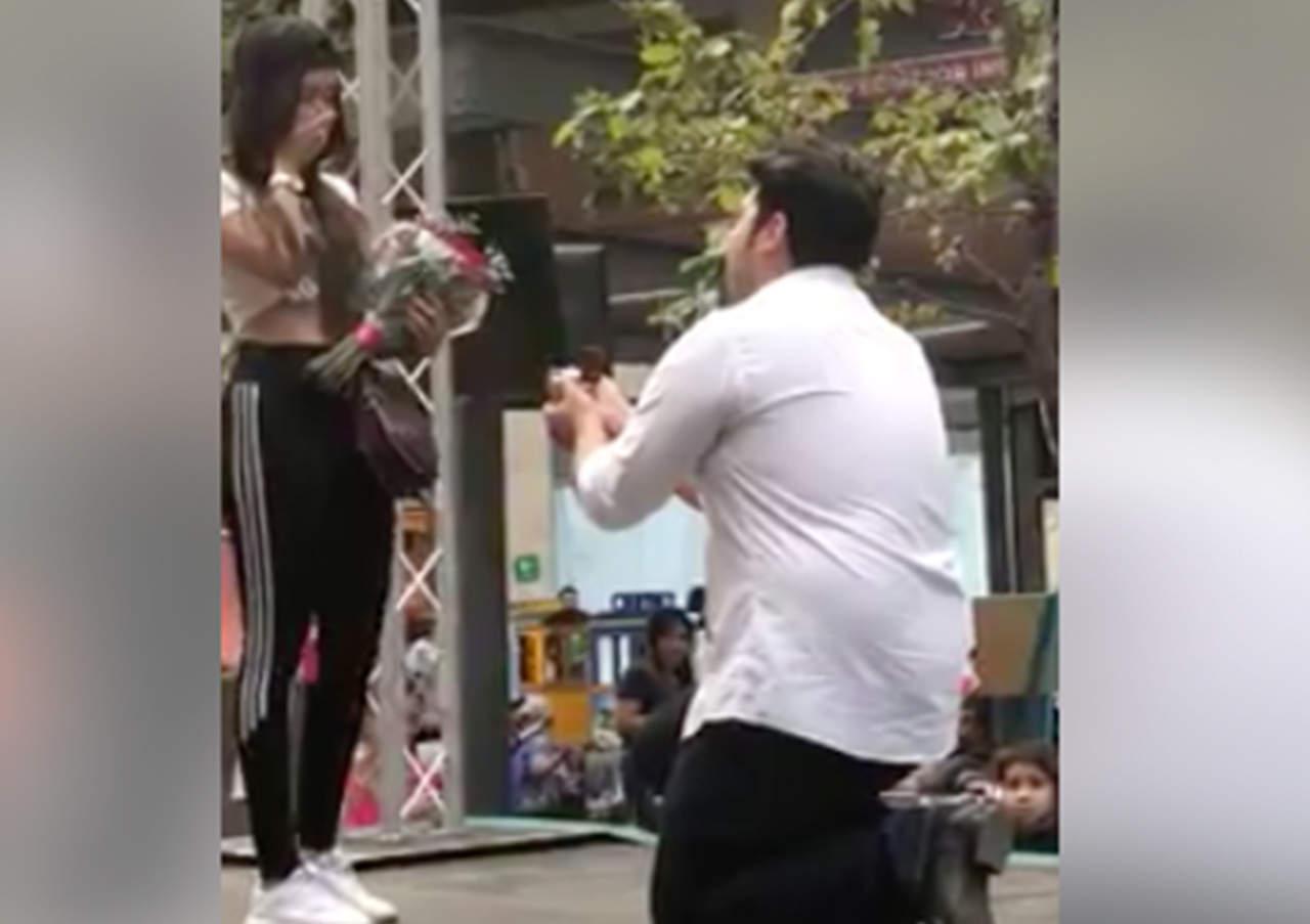 Rechaza propuesta de matrimonio frente a multitud