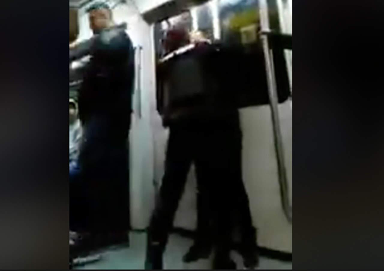 Mujer golpea a una oficial por intentar detener a hombre intoxicado