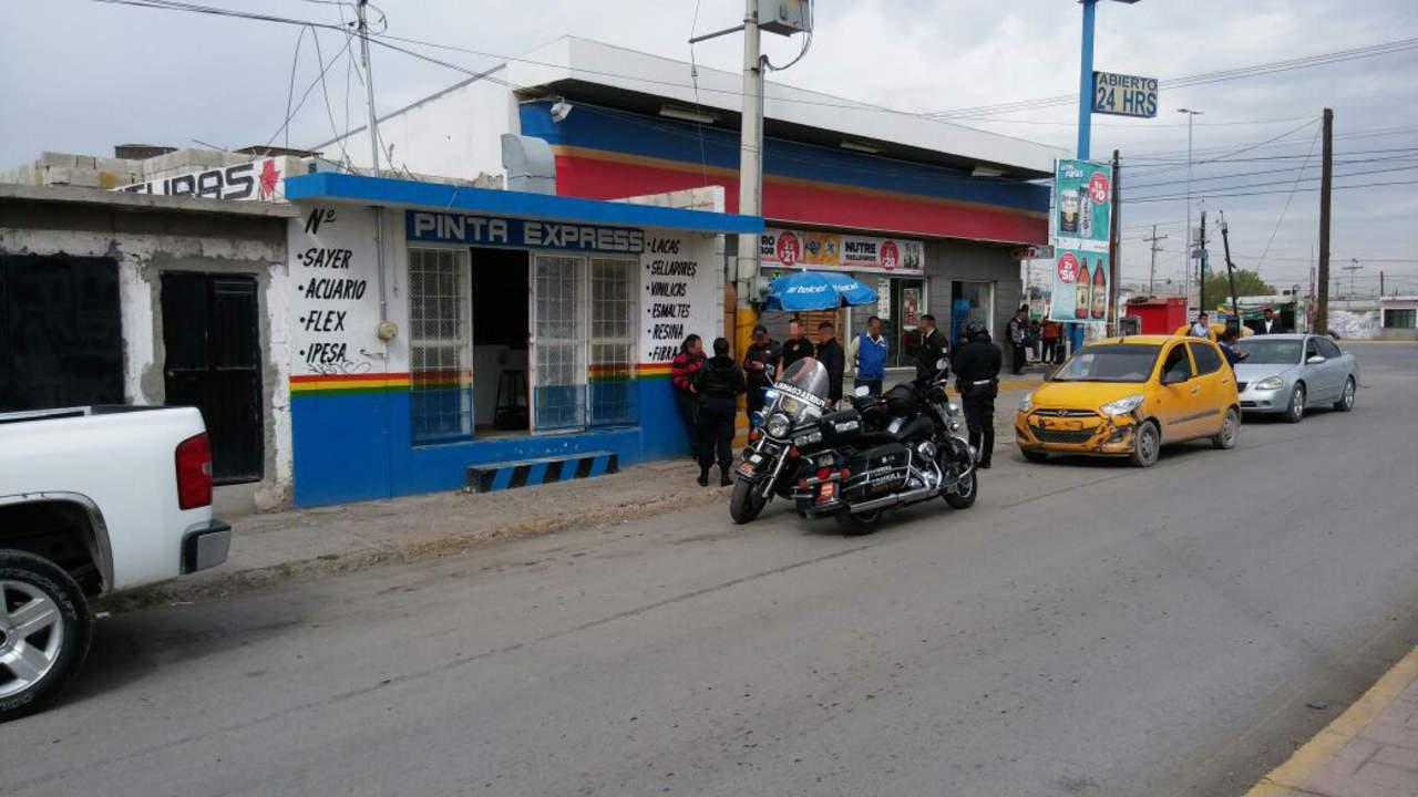 Asaltan negocio de pinturas; se llevan dinero y un vehículo