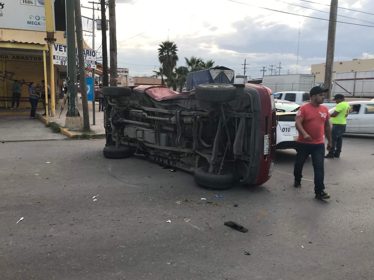 Vuelca camioneta frente al Mercado de Abastos; dos lesionados