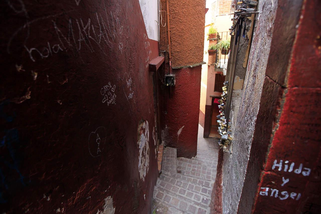 La historia trágica y romántica de la calle más estrecha de esta ciudad colonial incita a las parejas a besarse. (ARCHIVO)