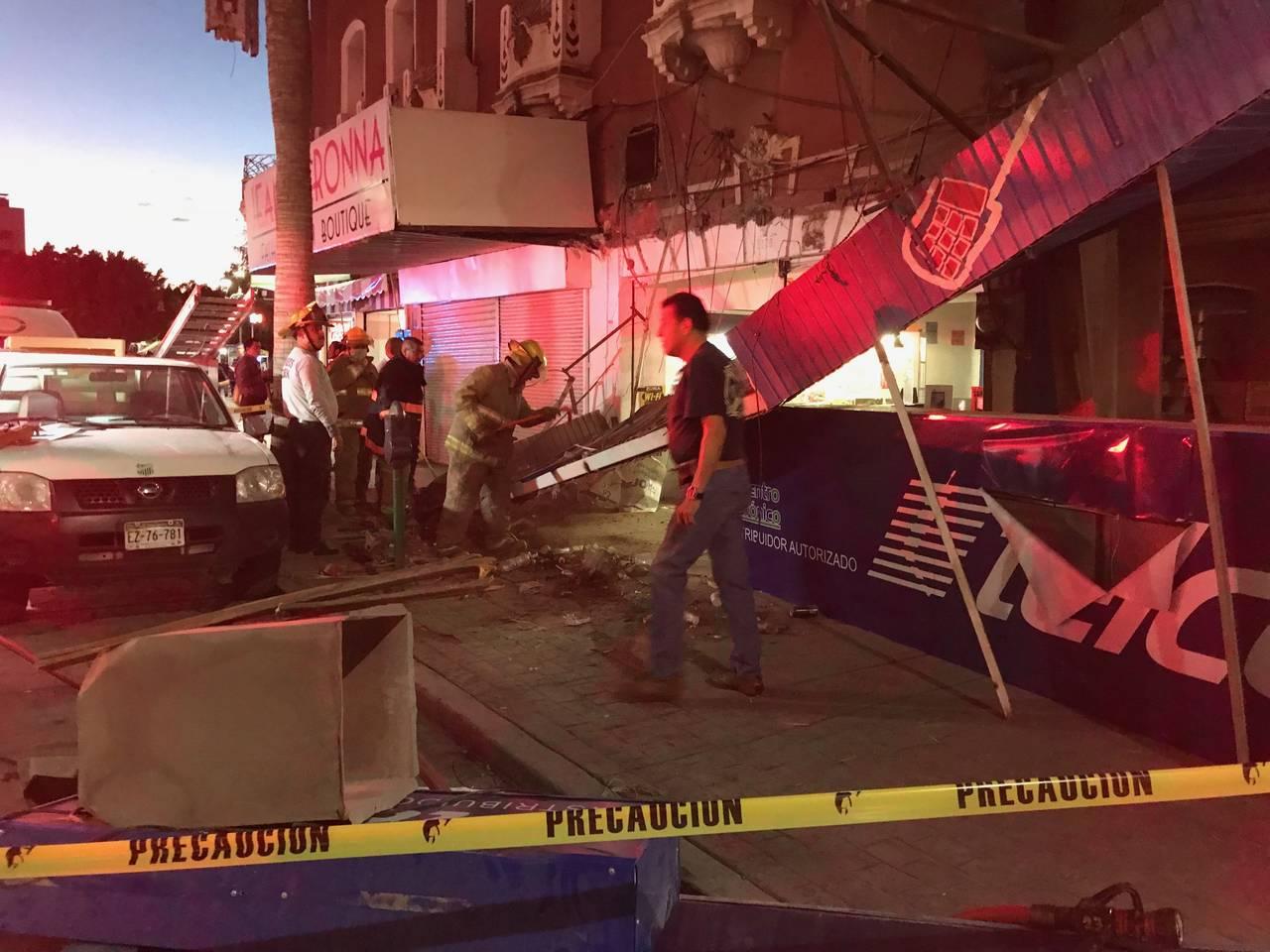 Se cae una marquesina en el Centro de Torreón