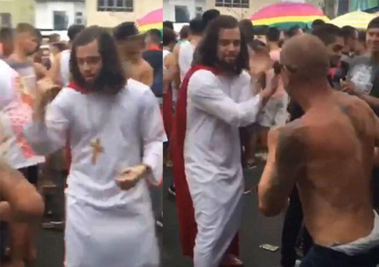 Hombre vestido de Jesucristo se defiende con artes marciales