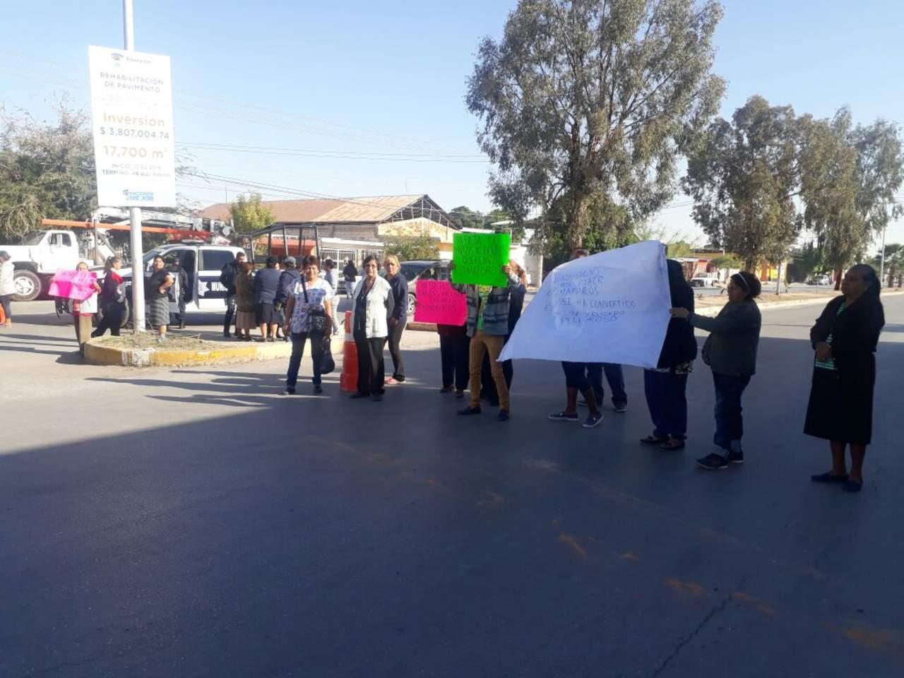 Cierran calzada Ramón Méndez; piden semáforos o reductores de velocidad
