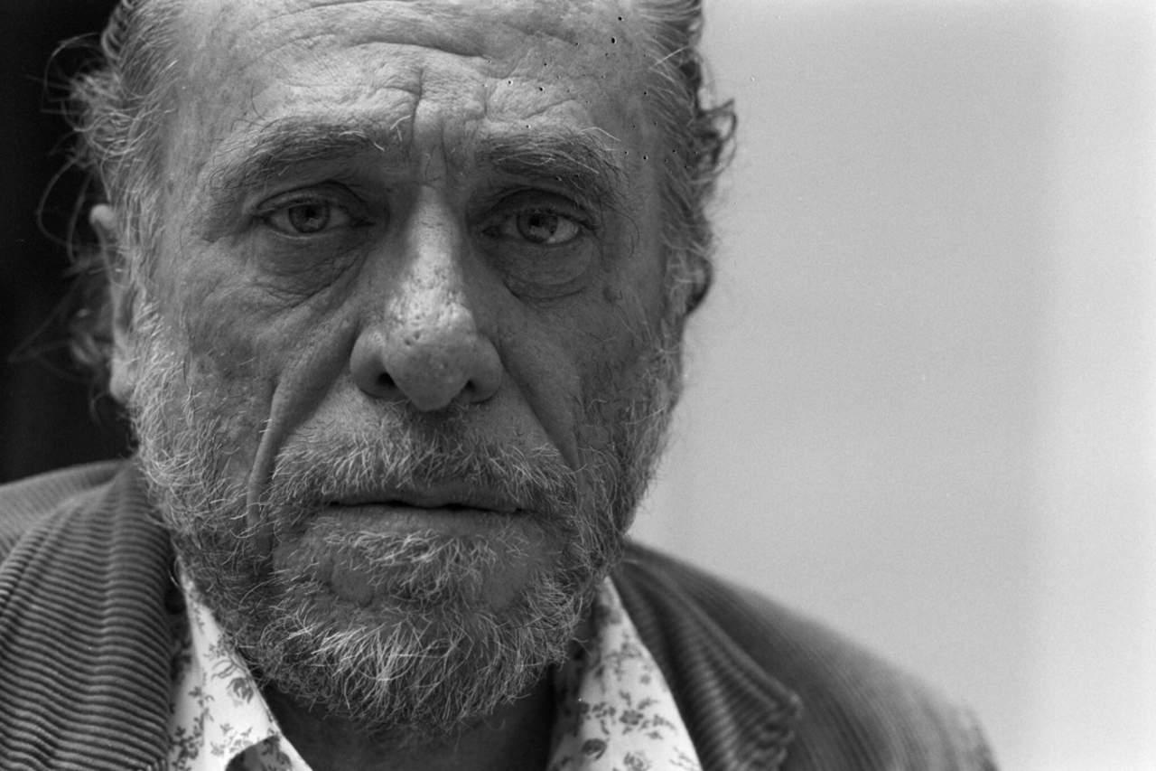 1994: Da su último respiro Charles Bukowski, escritor y poeta reconocido internacionalmente
