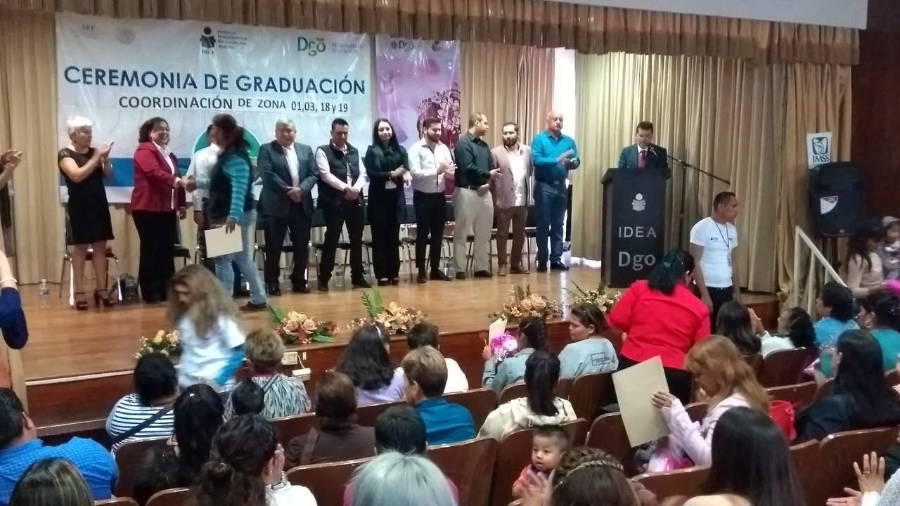 Entrega el IDEA certificados de primaria y secundaria a mujeres