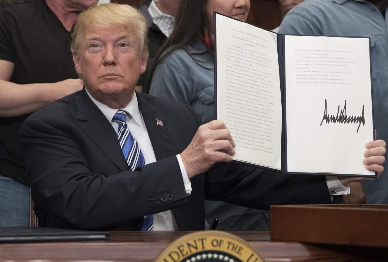 Impone Trump aranceles; exenta temporalmente a México