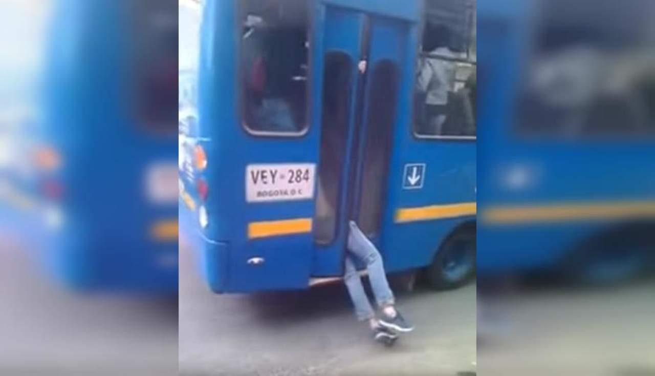 Ladrón se queda atrapado en la puerta del autobús