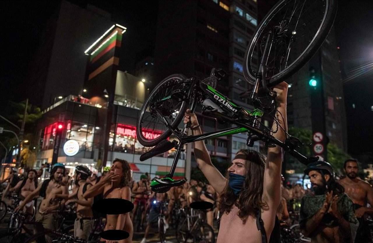 Manifestantes desnudos sobre bicicletas en Brasil