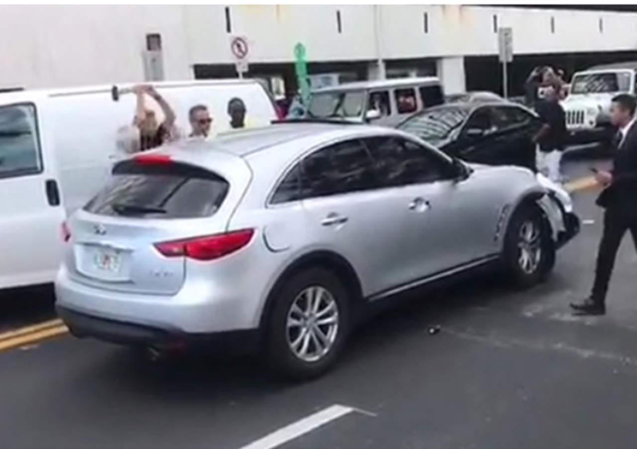 VIRAL: Intenta detener a conductor fugitivo a 'martillazos'