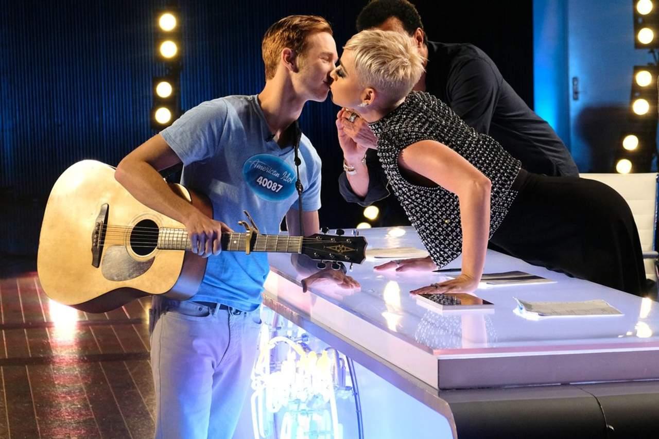 Katy Perry da a concursante de American Idol su primer beso