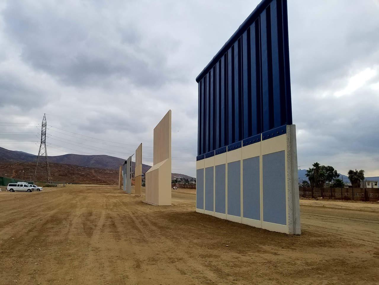 Trump visita prototipos del muro