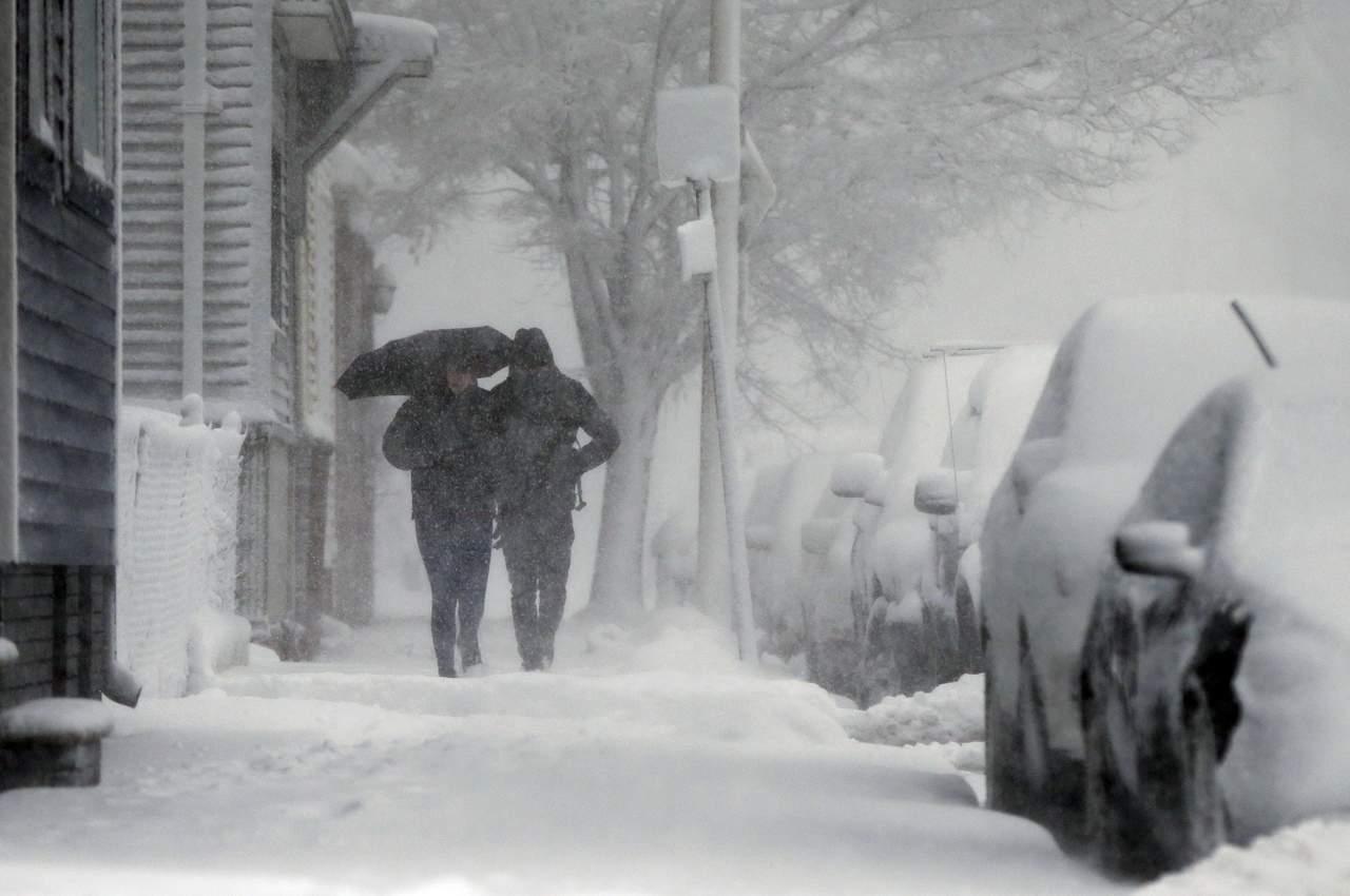 Ciclón invernal azota el noreste de EU; cancelan más de mil vuelos