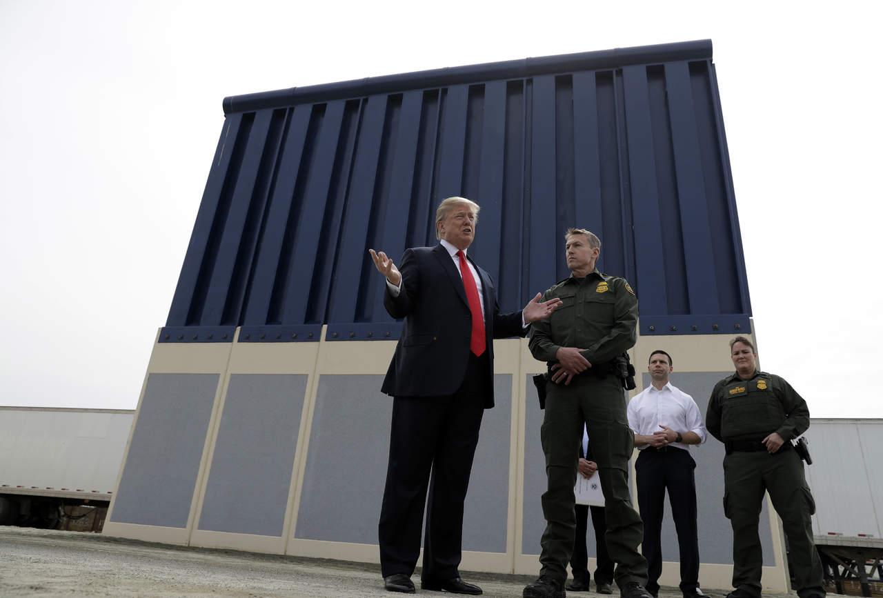 Entre protestas, Trump supervisa prototipos de muro