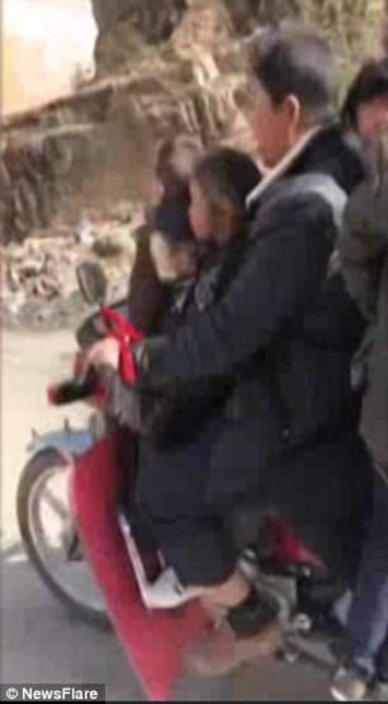 VIDEO: Captan a hombre viajando en moto con 6 niños