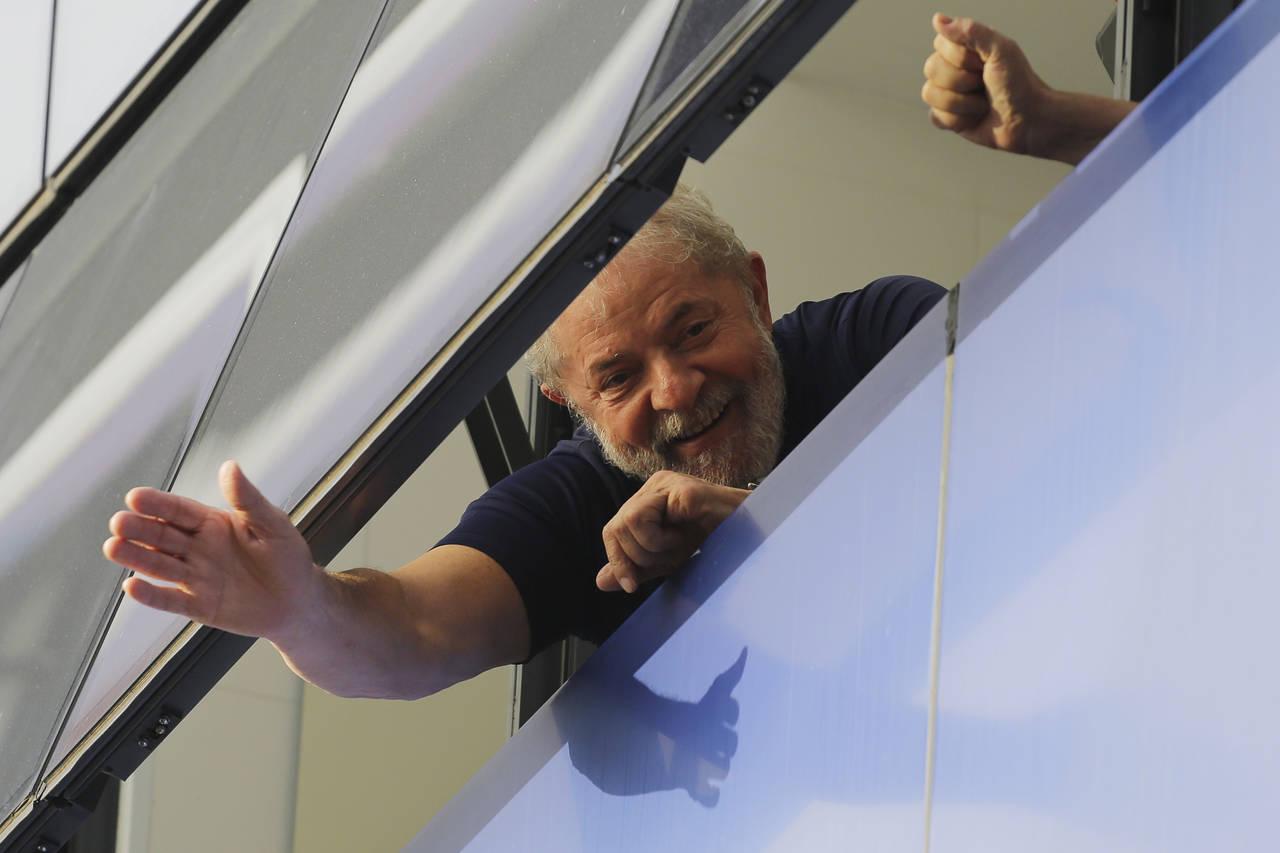 Aún encarcelado, Lula encabeza encuestas