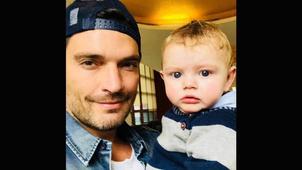 Le niegan foto a Julián Gil con su hijo