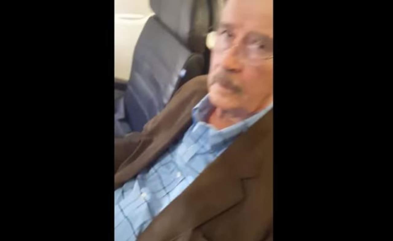 Mujer increpa a Vicente Fox en avión