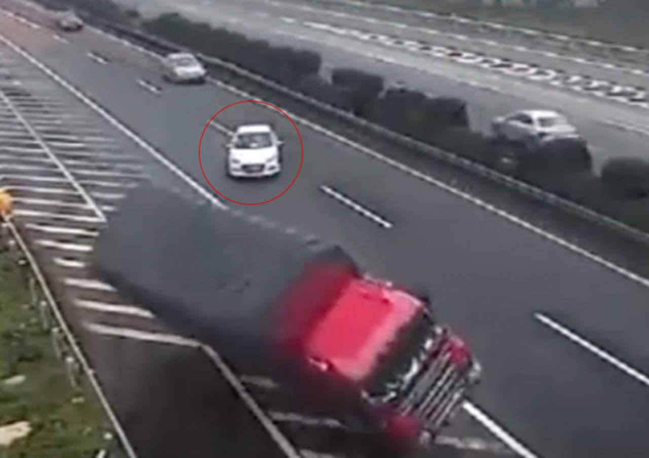 Conductor descuidado provoca doble accidente