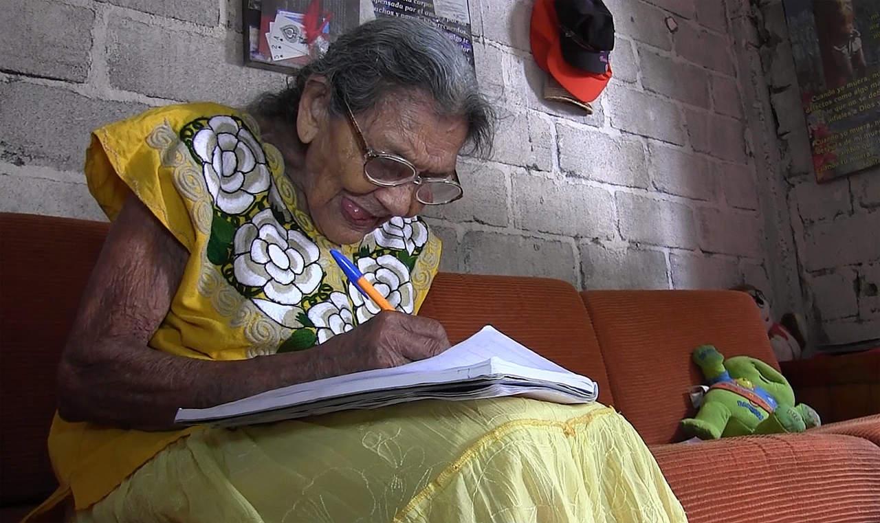 A los 95 años, Lupita asiste a su primer día de preparatoria