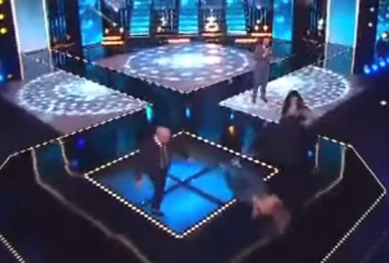 Rebecca de Alba tropieza en escenario