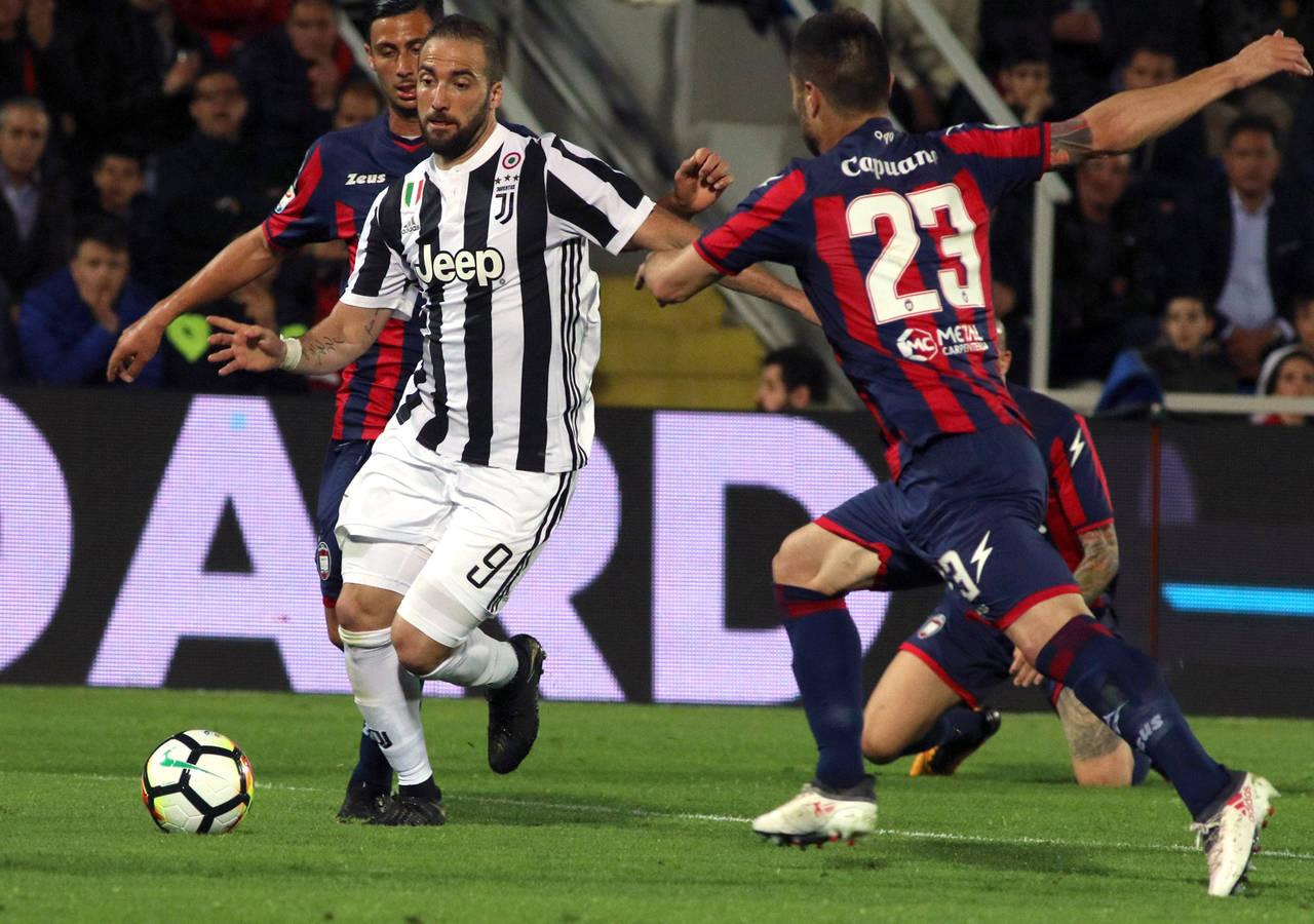 86f7ba5178c26 Juventus deja acercarse a Napoli en Serie A