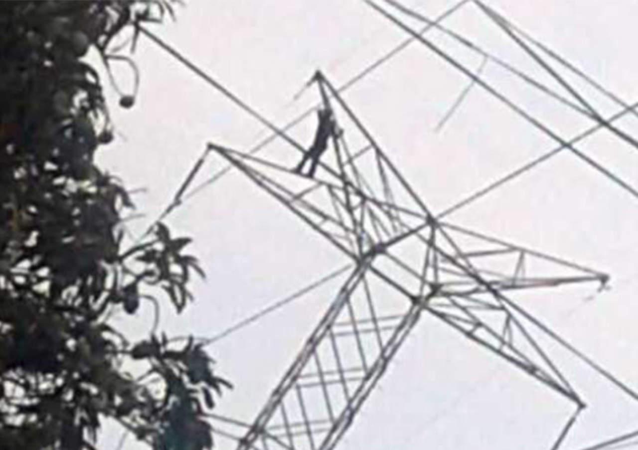 VIDEO: Joven cae de torre de energía tras ser electrocutado