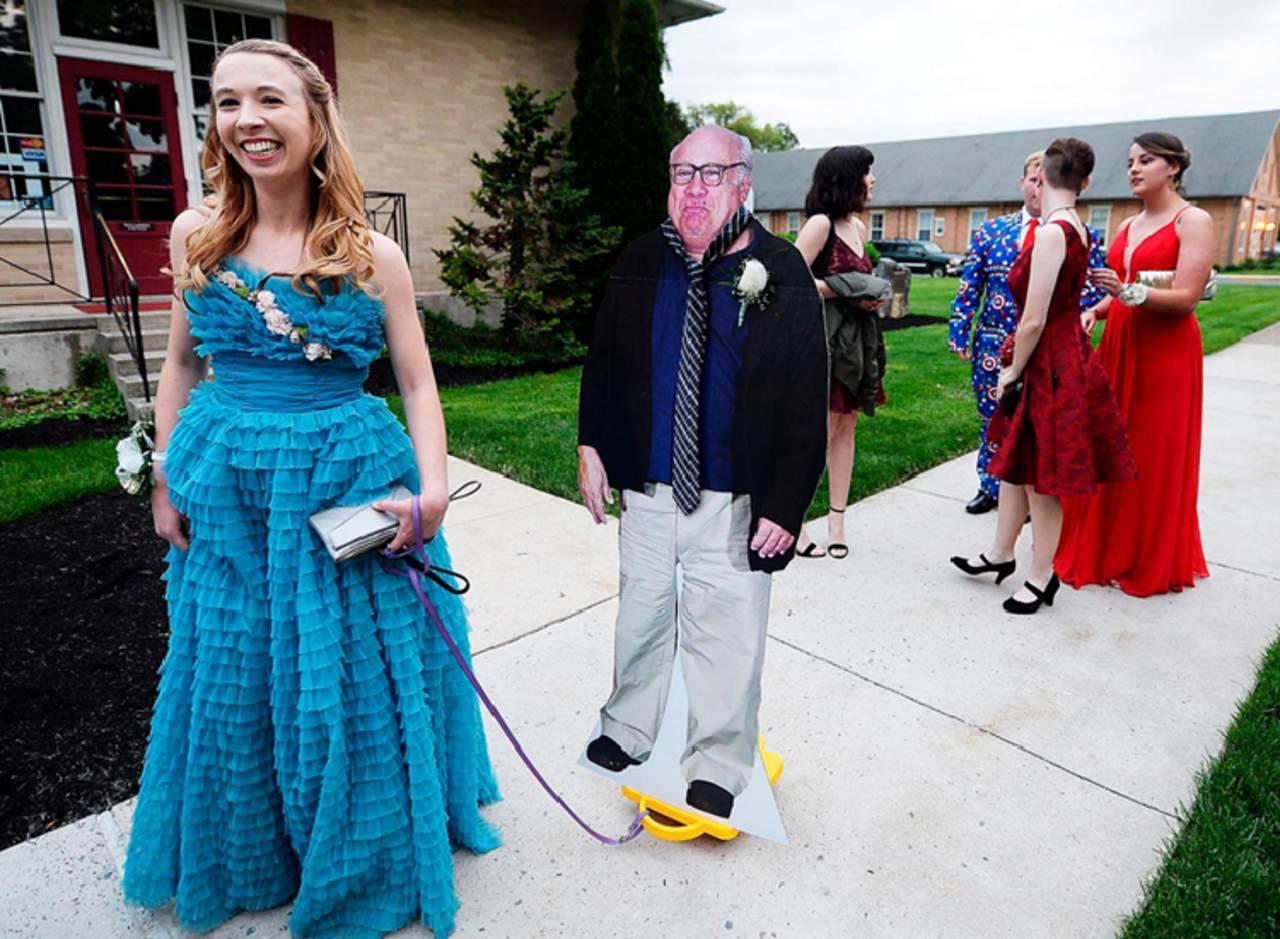 Chica sorprende en su graduación con un Danny DeVito de cartón