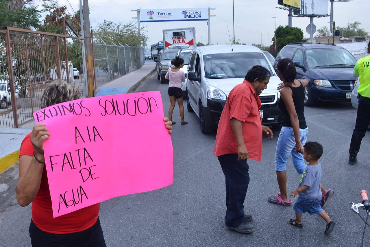 Bloquean acceso a Torreón por falta de agua