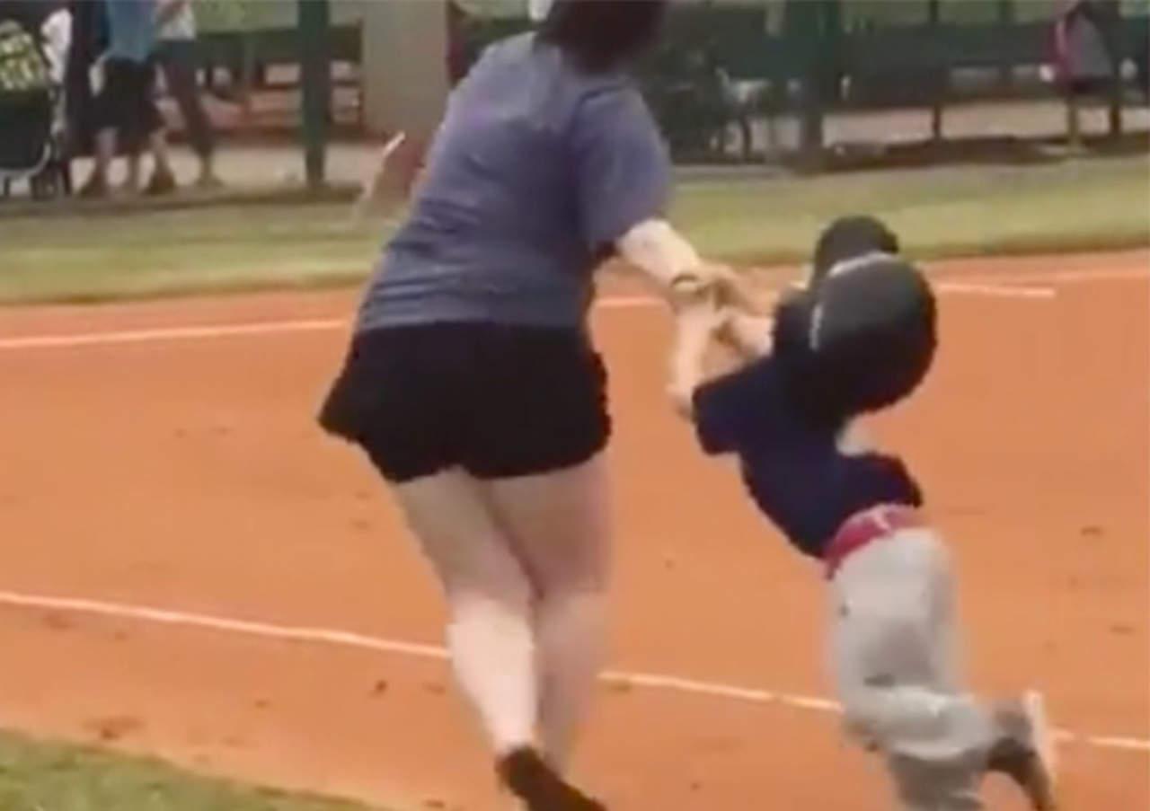 VIDEO: Se desvía para anotar carrera y su mamá lo carga a la base
