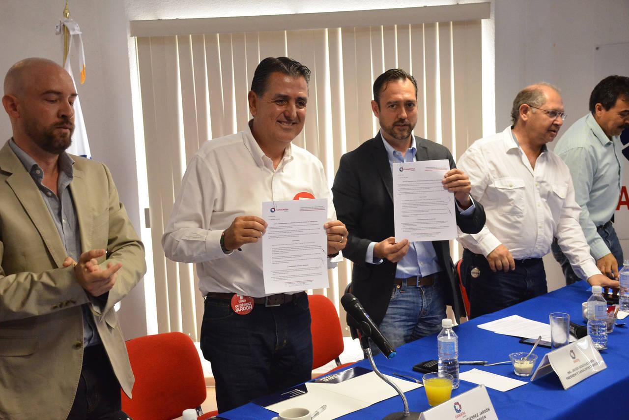 Firma acuerdos con industriales