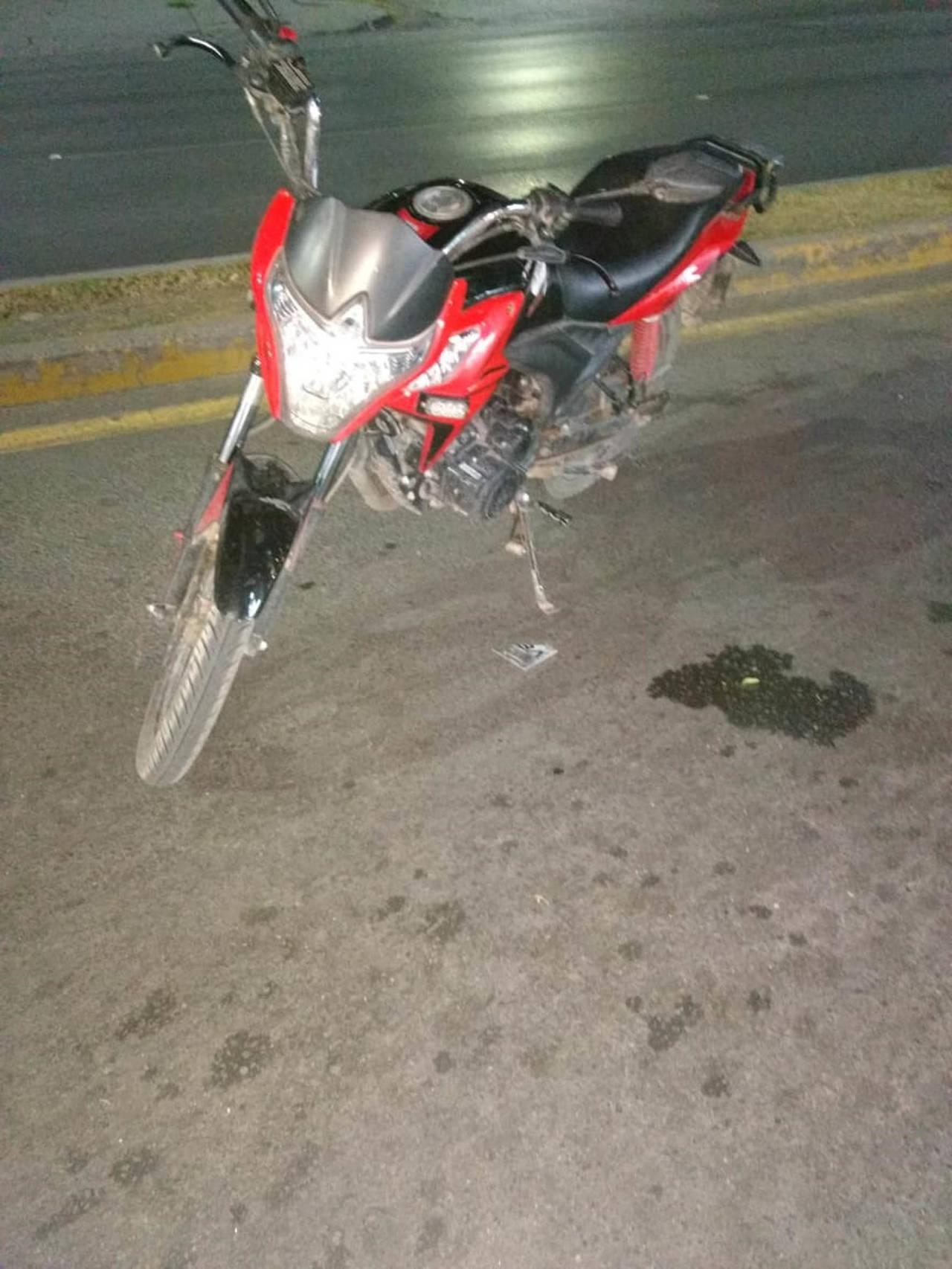 Motociclistas se impactan contra vehículo: 3 heridos
