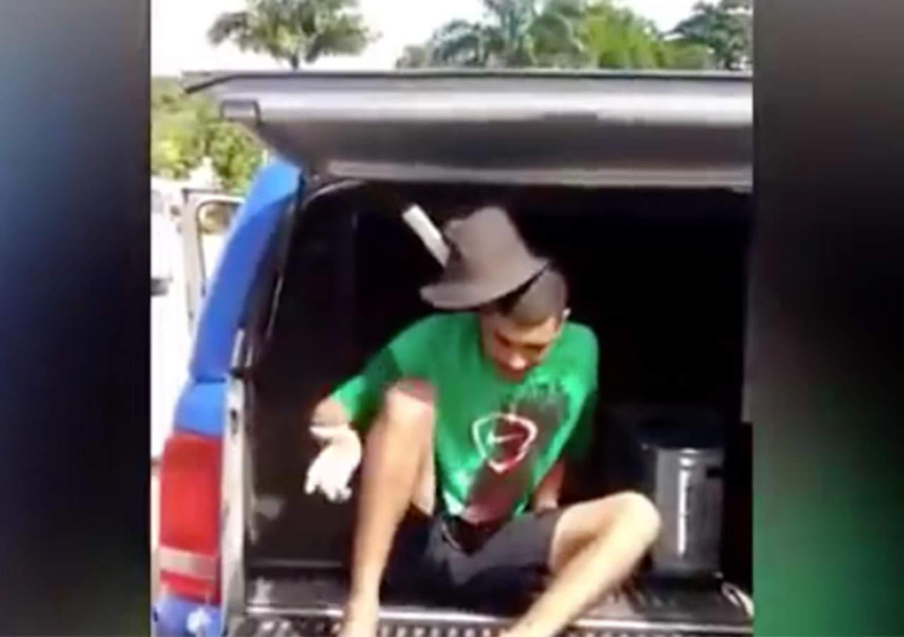 VIDEO: Preso merodea tranquilo con un machete en la cabeza