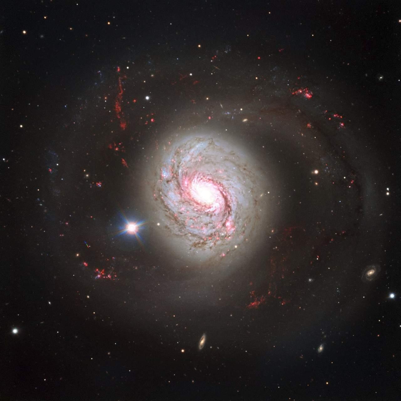 Telescopio espacial Hubble muestra galaxia con núcleo activo