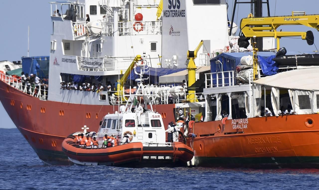 Italia escolta al barco Aquarius hasta España