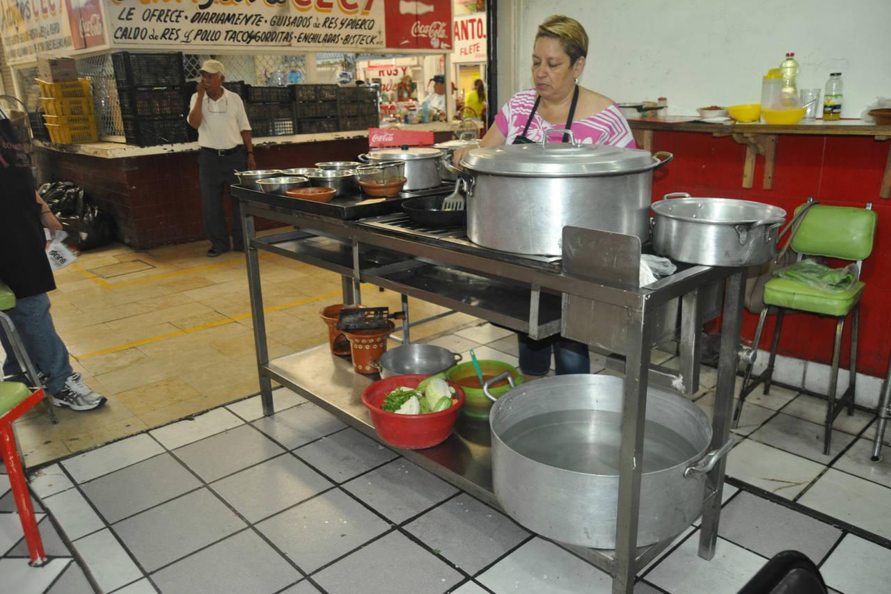 Sufren por desabasto de agua en Mercado Juárez